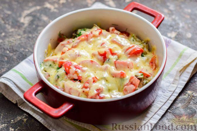 Фото приготовления рецепта: Куриная печень, запечённая с помидором и сыром - шаг №13