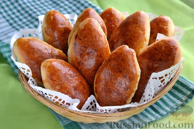 Фото к рецепту: Дрожжевые пирожки с мясным фаршем и зелёным луком