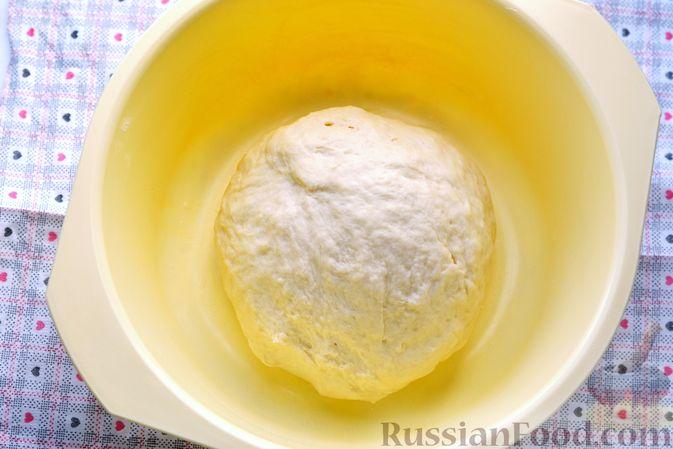 Фото приготовления рецепта: Дрожжевые пирожки с мясным фаршем и зелёным луком - шаг №7