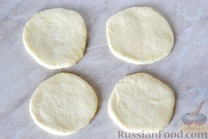 Фото приготовления рецепта: Дрожжевые пирожки с мясным фаршем и зелёным луком - шаг №14