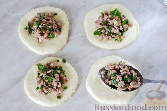 Фото приготовления рецепта: Дрожжевые пирожки с мясным фаршем и зелёным луком - шаг №15