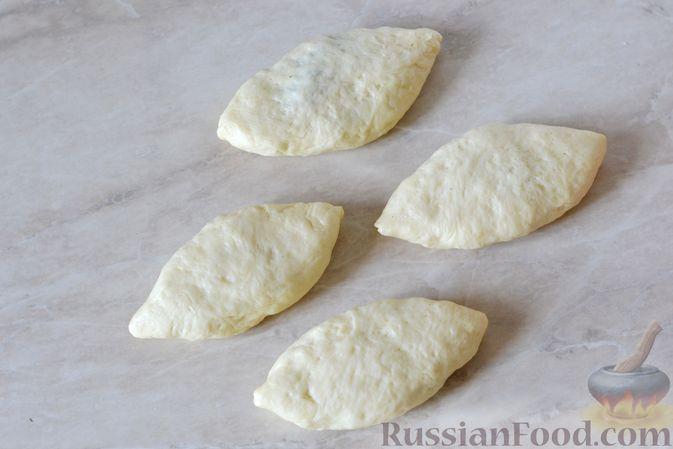 Фото приготовления рецепта: Дрожжевые пирожки с мясным фаршем и зелёным луком - шаг №17