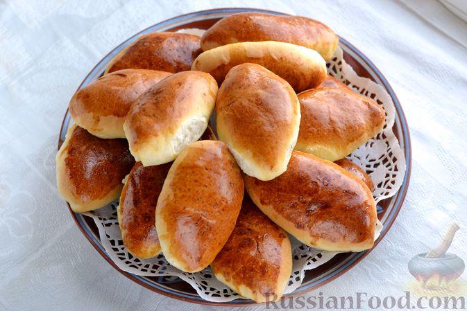 Фото приготовления рецепта: Дрожжевые пирожки с мясным фаршем и зелёным луком - шаг №21