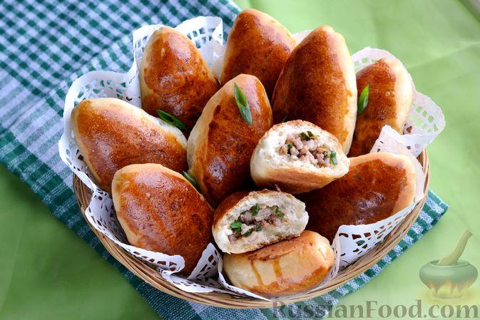 Фото приготовления рецепта: Дрожжевые пирожки с мясным фаршем и зелёным луком - шаг №22