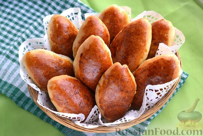 Фото приготовления рецепта: Дрожжевые пирожки с мясным фаршем и зелёным луком - шаг №23