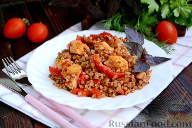 Фото к рецепту: Гречка, запечённая с курицей, капустой и сладким перцем