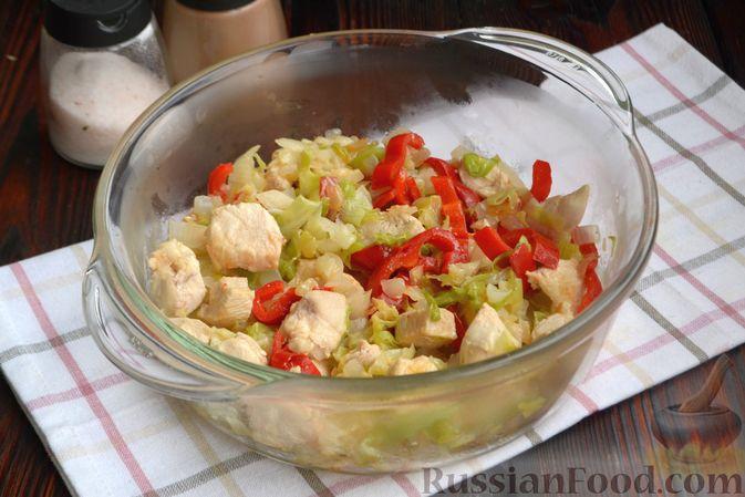 Фото приготовления рецепта: Гречка, запечённая с курицей, капустой и сладким перцем - шаг №6