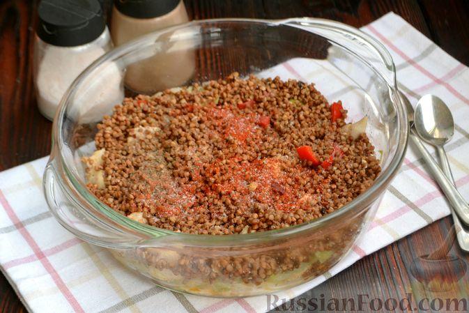 Фото приготовления рецепта: Гречка, запечённая с курицей, капустой и сладким перцем - шаг №8
