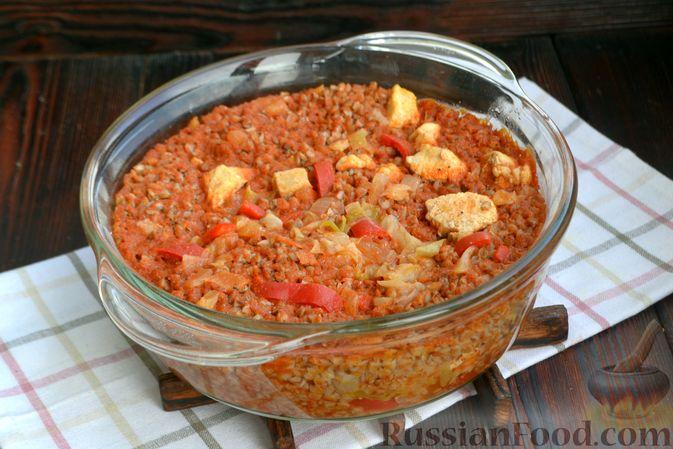 Фото приготовления рецепта: Гречка, запечённая с курицей, капустой и сладким перцем - шаг №11