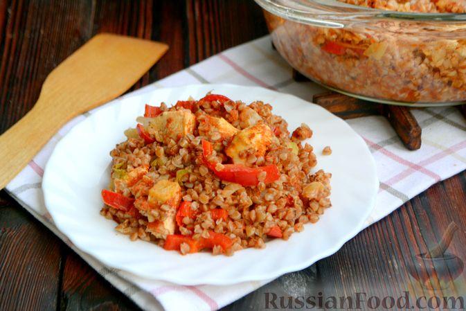 Фото приготовления рецепта: Гречка, запечённая с курицей, капустой и сладким перцем - шаг №12
