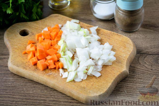Фото приготовления рецепта: Томатный суп с курицей, рисом, кабачком и бобовыми - шаг №5