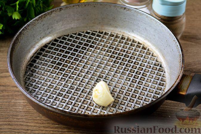 Фото приготовления рецепта: Томатный суп с курицей, рисом, кабачком и бобовыми - шаг №7