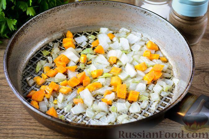 Фото приготовления рецепта: Томатный суп с курицей, рисом, кабачком и бобовыми - шаг №8