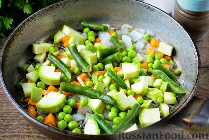 Фото приготовления рецепта: Томатный суп с курицей, рисом, кабачком и бобовыми - шаг №9