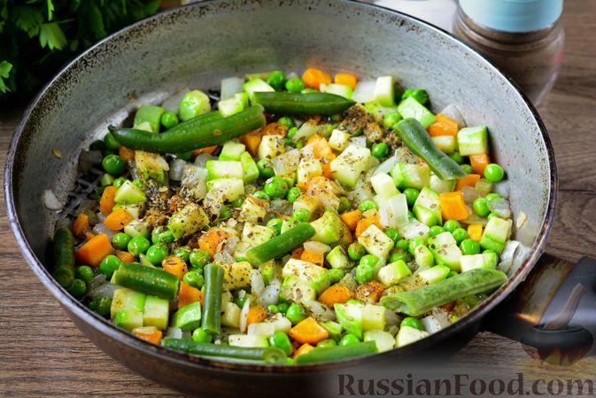 Фото приготовления рецепта: Томатный суп с курицей, рисом, кабачком и бобовыми - шаг №10