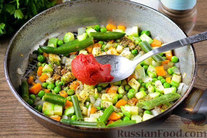 Фото приготовления рецепта: Томатный суп с курицей, рисом, кабачком и бобовыми - шаг №11