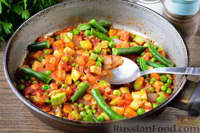 Фото приготовления рецепта: Томатный суп с курицей, рисом, кабачком и бобовыми - шаг №12