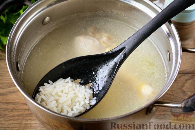 Фото приготовления рецепта: Томатный суп с курицей, рисом, кабачком и бобовыми - шаг №13