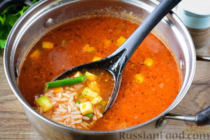 Фото приготовления рецепта: Томатный суп с курицей, рисом, кабачком и бобовыми - шаг №14