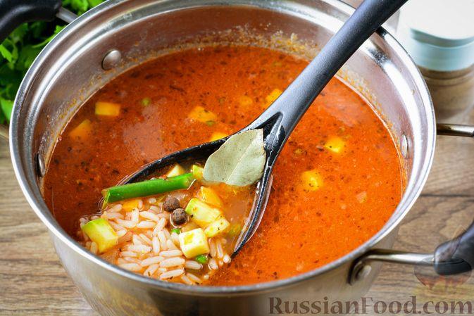 Фото приготовления рецепта: Томатный суп с курицей, рисом, кабачком и бобовыми - шаг №15