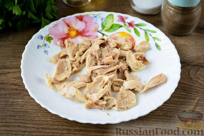 Фото приготовления рецепта: Томатный суп с курицей, рисом, кабачком и бобовыми - шаг №3