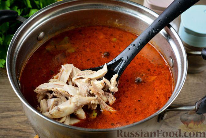 Фото приготовления рецепта: Томатный суп с курицей, рисом, кабачком и бобовыми - шаг №16