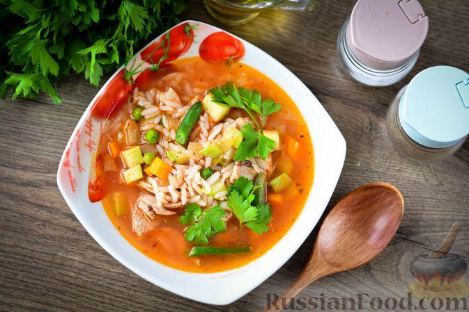 Фото приготовления рецепта: Томатный суп с курицей, рисом, кабачком и бобовыми - шаг №17