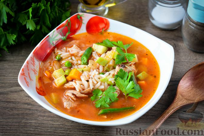 Фото к рецепту: Томатный суп с курицей, рисом, кабачком и бобовыми