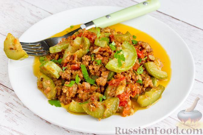 Фото к рецепту: Кабачки, тушенные с мясным фаршем и помидорами