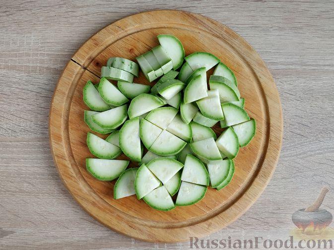 Фото приготовления рецепта: Кабачки, тушенные с мясным фаршем и помидорами - шаг №6
