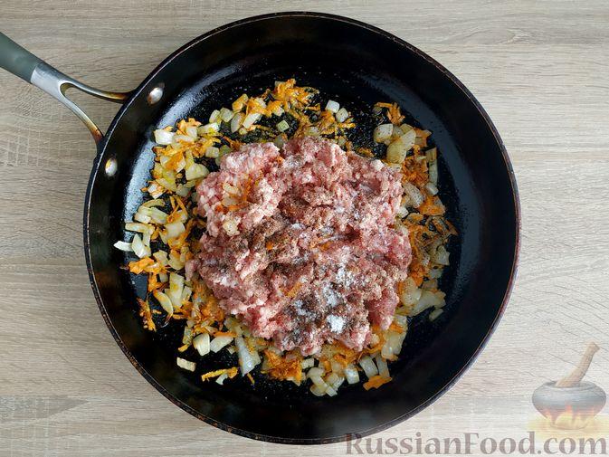 Фото приготовления рецепта: Кабачки, тушенные с мясным фаршем и помидорами - шаг №4