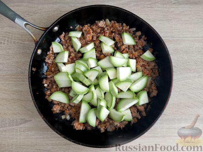 Фото приготовления рецепта: Кабачки, тушенные с мясным фаршем и помидорами - шаг №7