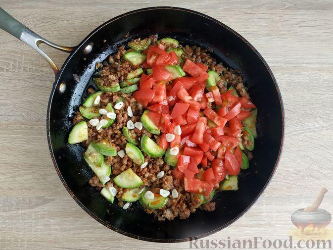 Фото приготовления рецепта: Кабачки, тушенные с мясным фаршем и помидорами - шаг №11