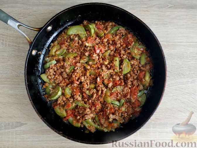 Фото приготовления рецепта: Кабачки, тушенные с мясным фаршем и помидорами - шаг №12