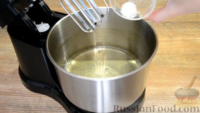 Фото приготовления рецепта: Двухслойные конфеты «Птичье молоко» с клубникой - шаг №3