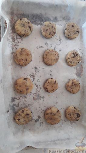 Фото приготовления рецепта: Американское песочное печенье с шоколадной крошкой - шаг №7