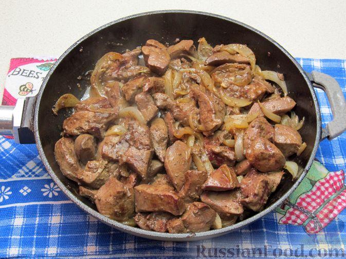 Фото приготовления рецепта: Печень индейки, тушенная в сметане - шаг №6