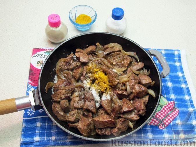 Фото приготовления рецепта: Печень индейки, тушенная в сметане - шаг №7