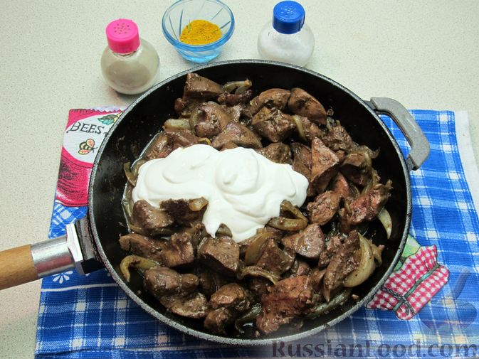 Фото приготовления рецепта: Печень индейки, тушенная в сметане - шаг №8