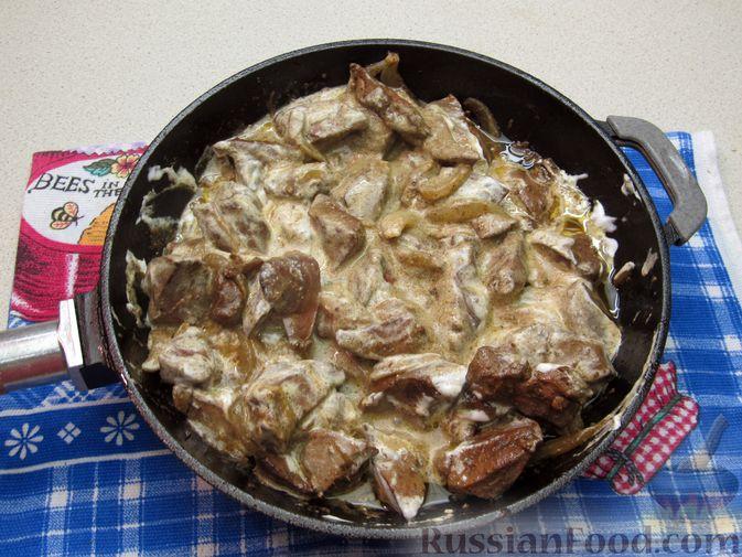 Фото приготовления рецепта: Печень индейки, тушенная в сметане - шаг №9