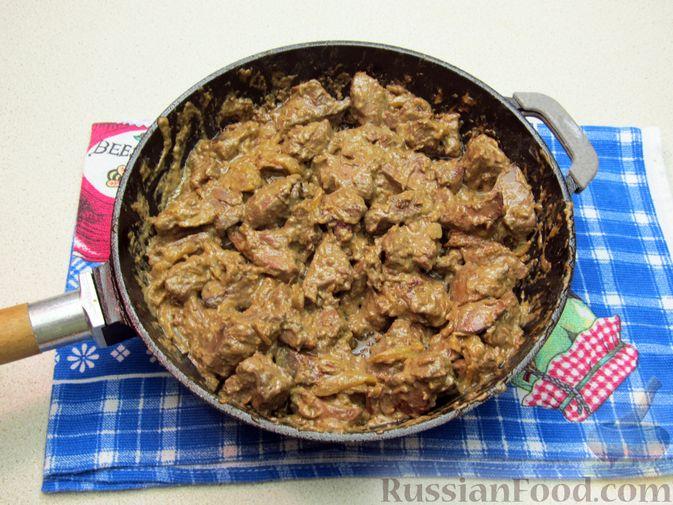 Фото приготовления рецепта: Печень индейки, тушенная в сметане - шаг №10