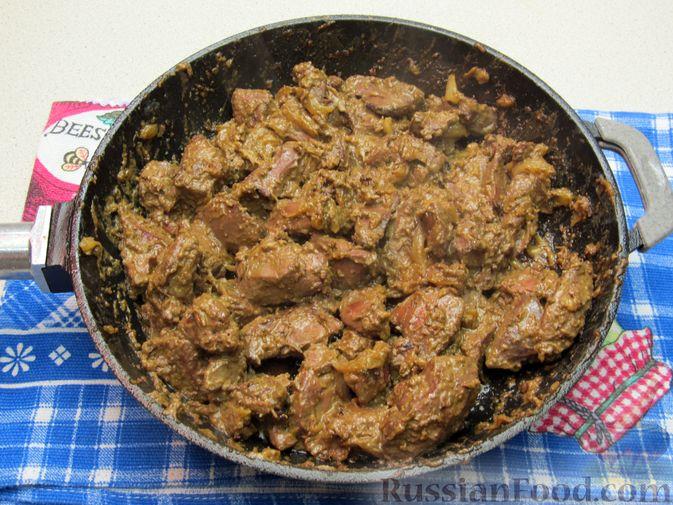 Фото приготовления рецепта: Печень индейки, тушенная в сметане - шаг №11