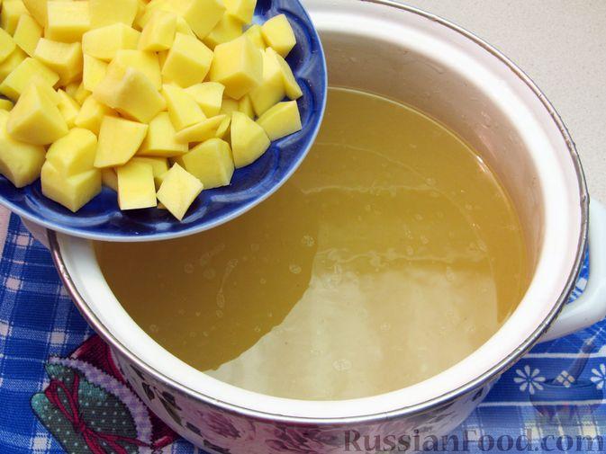 Фото приготовления рецепта: Куриный суп с овсяными хлопьями - шаг №8
