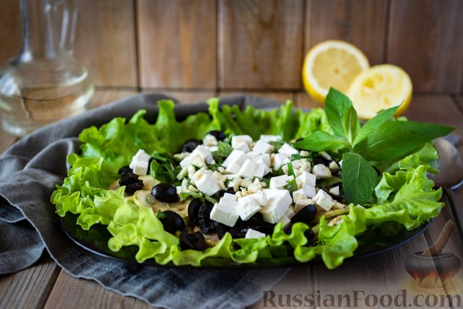 Фото к рецепту: Салат из кабачков с фетой, мятой и маслинами