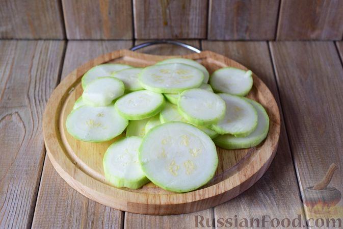 Фото приготовления рецепта: Салат из кабачков с фетой, мятой и маслинами - шаг №2