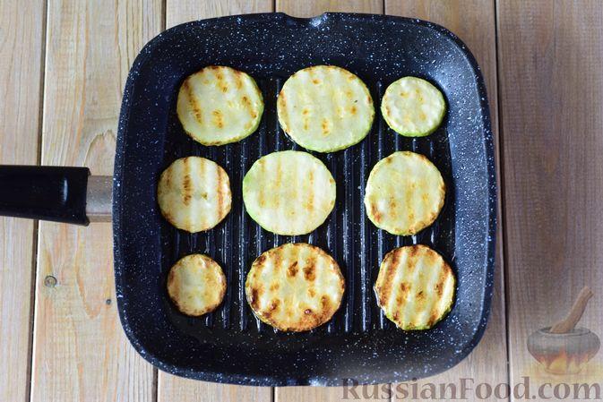 Фото приготовления рецепта: Салат из кабачков с фетой, мятой и маслинами - шаг №3