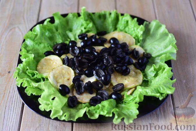 Фото приготовления рецепта: Салат из кабачков с фетой, мятой и маслинами - шаг №9