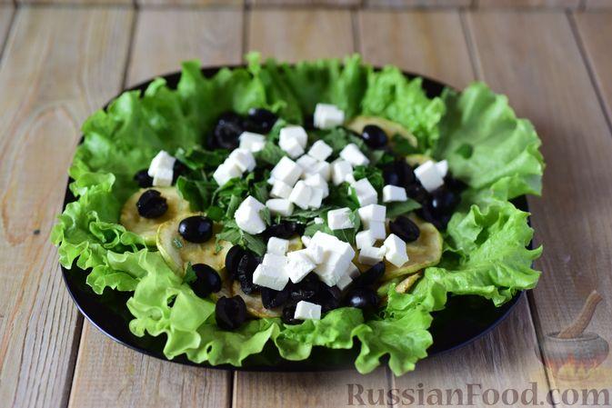 Фото приготовления рецепта: Салат из кабачков с фетой, мятой и маслинами - шаг №10