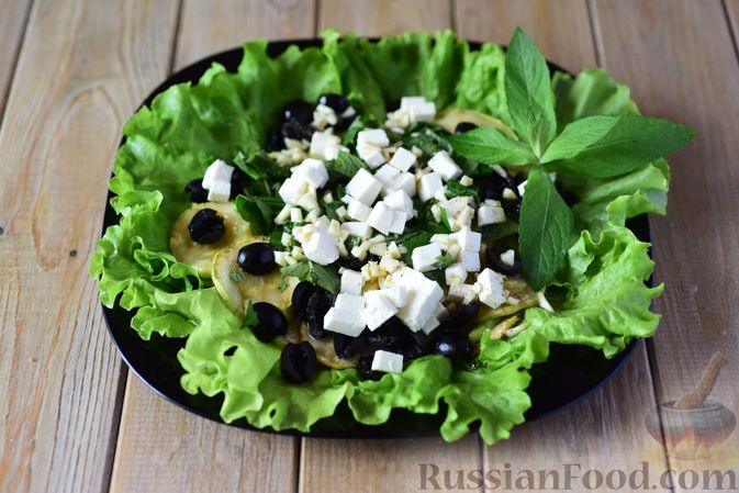 Фото приготовления рецепта: Салат из кабачков с фетой, мятой и маслинами - шаг №11