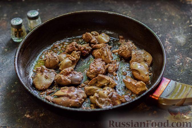 Фото приготовления рецепта: Куриная печень, тушенная с кабачками, в сметане - шаг №7